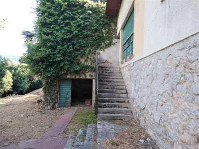Villa trifamiliare a Carrara