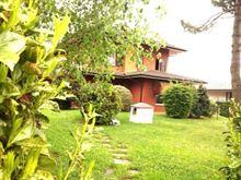 In villa grande appartamento con giardino e box doppio