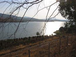 In riva al lago rudere antico baglio + 5 ettari di terreno