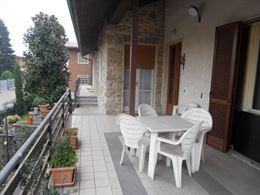 Villa singola con due appartamenti e giardino