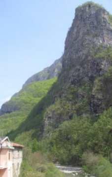 Ponti di Nava, centrale porzione di casa rurale su 3 livelli